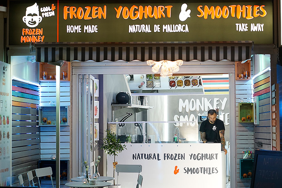 Top location 1st sea line well established Frozen Yogurt & Smoothie store in Can Pastilla near Playa de Palma on Mallorca for transfer